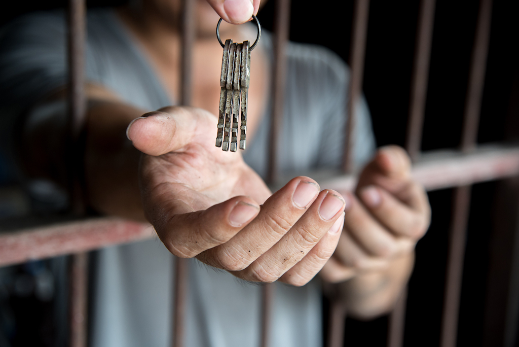 giving a key to released prisoner with begging hand in jail
