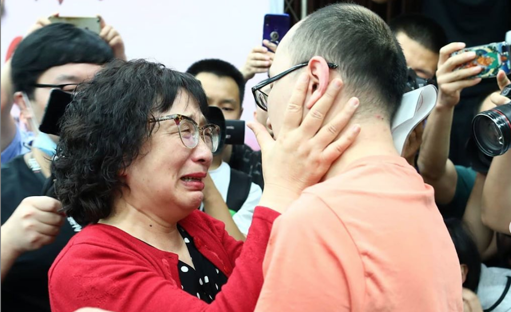 Mao Yin being reunited with his mom